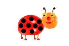 Kreatives Nahrungsmittelkonzept Lustiger kleiner Marienkäfer gemacht von der Frucht Stockbilder