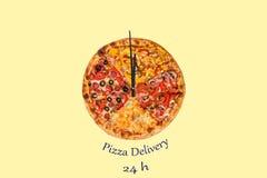 Kreatives Pizzabild in Form einer Uhr mit Pfeilen auf einem schönen hellen Hintergrund Lieferung 24 Stunden Aufschrift Stockfoto
