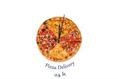 Kreatives Pizzabild in Form einer Uhr mit Pfeilen auf einem schönen hellen Hintergrund Lieferung 24 Stunden Aufschrift Stockfotos