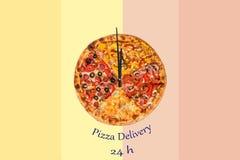 Kreatives Pizzabild in Form einer Uhr mit Pfeilen auf einem schönen hellen Hintergrund Lieferung 24 Stunden Aufschrift Stockbild