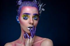 Kreatives Porträt der Frau mit Kunstmake-up Lizenzfreie Stockfotos