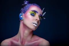 Kreatives Porträt der Frau mit Kunstmake-up Stockbild