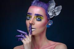 Kreatives Porträt der Frau mit Kunstmake-up Stockfotos