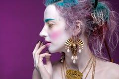 Kreatives Porträt der jungen Frau mit künstlerischem Make-up Stockbild