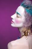 Kreatives Porträt der jungen Frau mit künstlerischem Make-up Mit bri Stockbilder