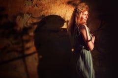 Kreatives Porträt der jungen Frau nahe Wand Lizenzfreie Stockfotografie