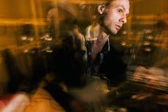 Kreatives Porträt des Gitarristen in der Doppelbelichtung Stockfotografie