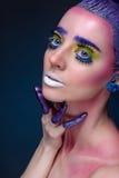 Kreatives Porträt einer Schönheit mit Kunstmake-up, auf einer Querstation Stockfotografie