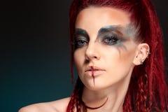 Kreatives Porträt eines Mädchens mit einer kontrastierenden Farbe Stockfotografie