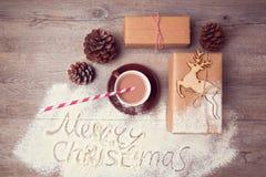 Kreatives Stillleben der frohen Weihnachten mit Geschenkboxen und Schale Schokolade Ansicht von oben Lizenzfreies Stockfoto