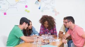 Kreatives Team, das über Kontaktblättern gedanklich löst Stockbilder