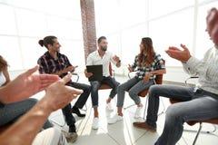 Kreatives Team, das den Trainer applaudiert Lizenzfreies Stockbild