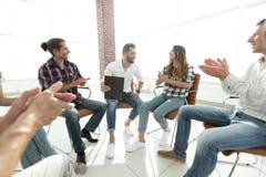 Kreatives Team, das den Trainer applaudiert Lizenzfreie Stockbilder
