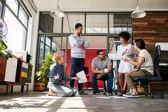 Kreatives Team, das eine Diskussion auf neuem Projekt hat Lizenzfreies Stockbild