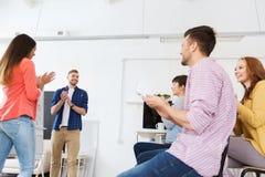 Kreatives Team, das Erfolg feiert Stockbild