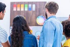 Kreatives Team, das Farbprobe betrachtet Lizenzfreie Stockbilder