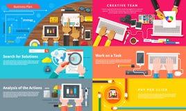 Kreatives Team Junges Designteam, das am Schreibtisch arbeitet lizenzfreie abbildung