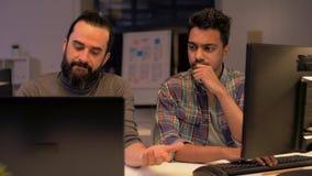 Kreatives Team mit dem Computer, der spät im Büro arbeitet stock video footage