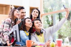 Kreatives Team von fünf enthusiastischen Angestellten, die ein selfie Foto machen Stockfotografie