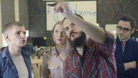 Kreatives Teambrainstorming und -schreiben auf Glas stock footage