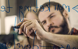 Kreatives Teambrainstorming und -schreiben auf Glas Lizenzfreie Stockfotografie