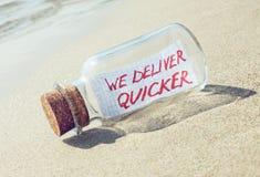 Kreatives Transport- und Warenlieferungskonzept Mitteilung in einer Flasche Lizenzfreies Stockfoto