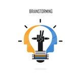 Kreatives Vektorlogo der Glühlampe, der Bleistifte und der menschlichen Köpfe entwerfen B lizenzfreie abbildung