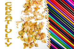 Kreativität geschrieben auf weißen Hintergrund, bunte geschärfte Bleistifte und Schnitzel Lizenzfreies Stockbild