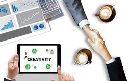 KREATIVITÄT kreativer und Design-denkender Innovationsprozess und i lizenzfreies stockfoto