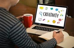 KREATIVITÄT kreativer und Design-denkender Innovationsprozess und i lizenzfreie stockfotos