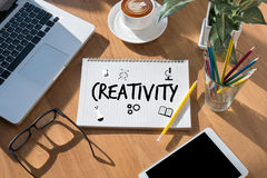 KREATIVITÄT kreatives und Design-denkendes Innovationsprozesskreatin stockbilder