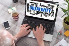 Kreativitätswort-Wolkenkonzept auf einem Laptopschirm Lizenzfreies Stockfoto