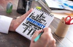 Kreativitätswort-Wolkenkonzept auf einem Notizblock Stockfoto
