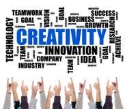 Kreativitätswort-Wolkenkonzept zeigte durch einige Finger Lizenzfreies Stockfoto