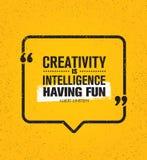 Kreativitet är intelligens som har gyckel Inspirerande idérikt motivationcitationstecken Begrepp för design för baner för vektora royaltyfri illustrationer