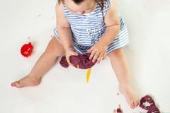 Kreativitet av barn Barnflickan hugger från lera fotografering för bildbyråer