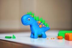 Kreativitet för barn` s statyett av plasticine leksakdjurdinosaurie royaltyfria bilder