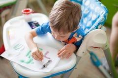 kreativitet för begreppet för barnet för albumborsten som tools gladlynt tecknar den lyckliga lottmålningen, genom att använda le royaltyfria foton