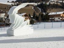 Kreativitet förutom skidar skislopes - modern skulptur som göras av snö arkivbild