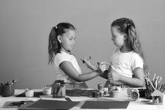 Kreativitet- och fantasibegrepp Flickor med allvarliga framsidor Arkivfoton