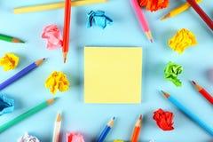 Kreativitetflödesbegrepp Blått skyler över brister bakgrund royaltyfri bild