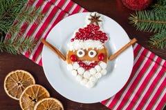 Kreatywnie śmieszny jedzenie dla dzieciaków: rozochocony Święty Mikołaj blin Obraz Royalty Free