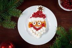 Kreatywnie śmieszny jedzenie dla dzieciaków: rozochocony Święty Mikołaj blin Zdjęcia Royalty Free