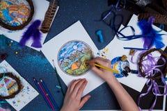 Kreatywnie atmosfera kreśli angażującym rysunkiem w którym jest osoba Fotografia Stock