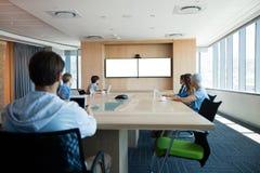 Kreatywnie biznes drużyna uczęszcza wideo wezwanie w sala konferencyjnej Zdjęcie Royalty Free
