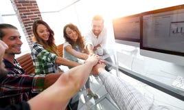Kreatywnie biznes drużyny kładzenie wręcza wpólnie przy biurem zdjęcie royalty free