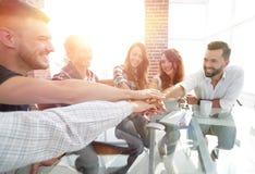 Kreatywnie biznes drużyny kładzenie wręcza wpólnie przy biurem obrazy royalty free