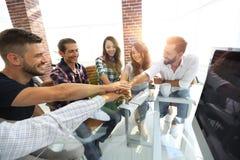 Kreatywnie biznes drużyny kładzenie wręcza wpólnie przy biurem fotografia stock