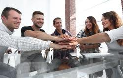 Kreatywnie biznes drużyny kładzenie wręcza wpólnie przy biurem zdjęcia royalty free