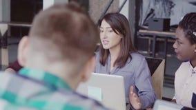 Kreatywnie biznes drużyny spotkanie w nowożytnym biurze Mieszana biegowa grupa młodzi ludzie dyskutuje uruchomienie pomysły, śmia zdjęcie wideo